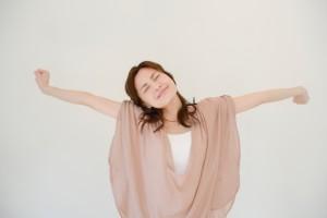 背伸び女性